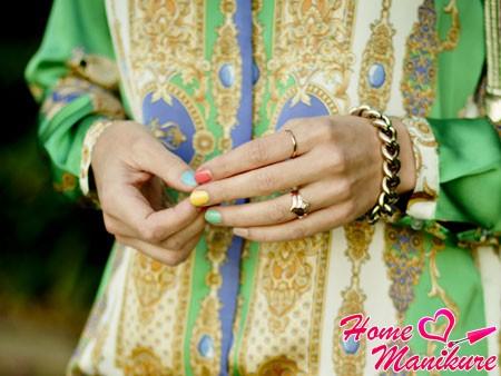 разноцветный пастельный маникюр на показе мод