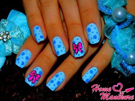 розовые бантики на голубых ногтях
