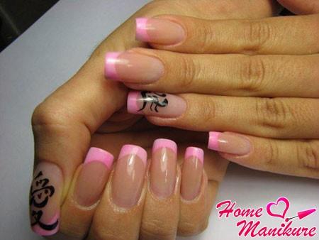 розовый французский маникюр с черными иероглифами