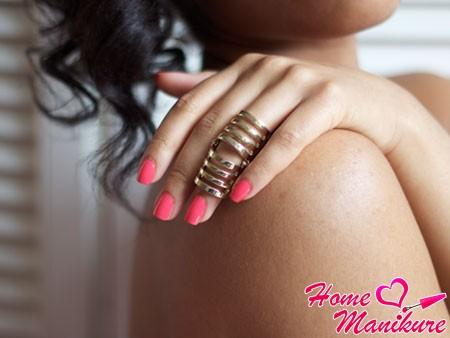 розовый лак на ногтях девушки
