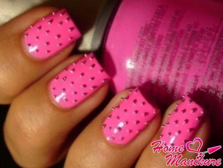 розовый нейл-арт с декоративными бульонками