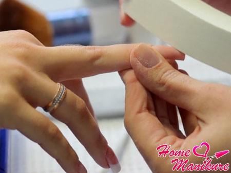 шлифовка ногтя полировочным бафом