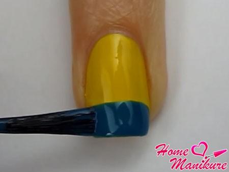 синяя полоска на кончике ногтя в два слоя