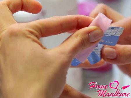 снятие шаблона и липкого слоя с ногтя