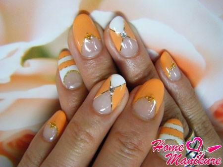 сочетание оранжевого и белого в нейл-арте