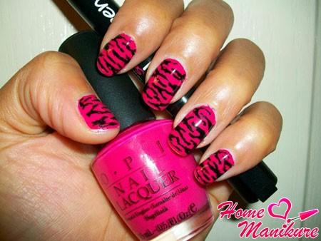 тигровый принт на ярко-розовых ногтях