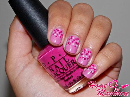 точечный рисунок на розовых ногтях