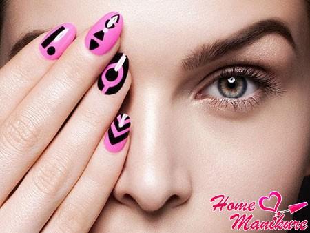 Маникюр с красивыми узорами на ногтях
