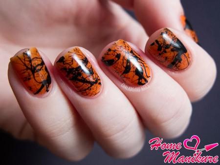 вариант черно-оранжевого маникюра на Хэллоуин