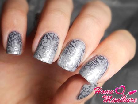 великолепные серебряные узоры на ногтях