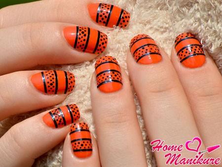 ярко-оранжевый маникюр с черными точками