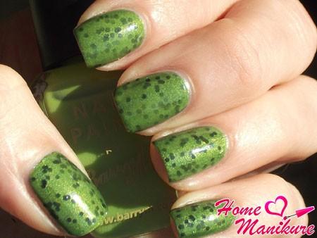 зеленый дизайн ногтей с мелким глиттером