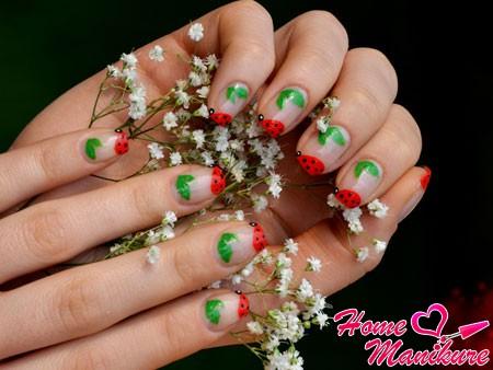аккуратные божьи коровки и листочки на ногтях