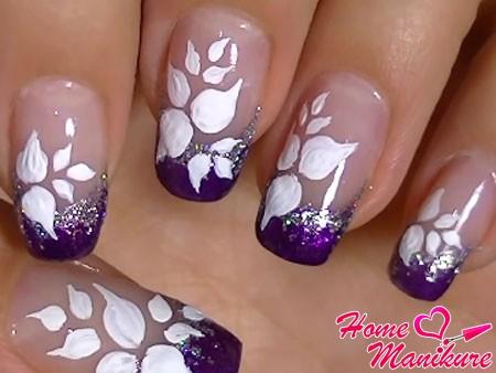 белые лепестки на ногтях акриловой краской
