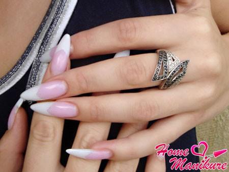 белый френч на миндалевидных нарощенных ногтях