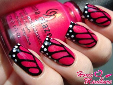 черно-розовые крылья бабочки на ногтях