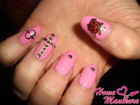 эффектный розовый дизайн ногтей с крестом из страз