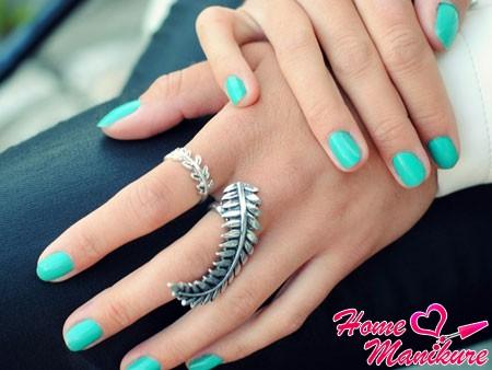 элегантный бирюзовый маникюр на ногтях