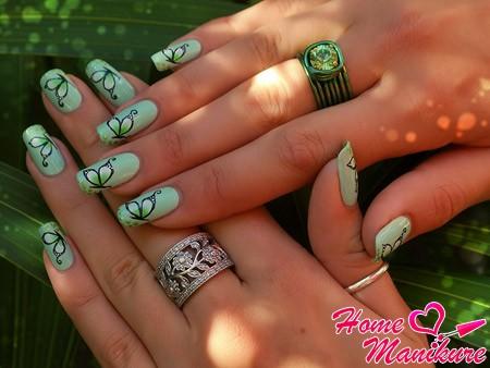 элегантные черные бабочки на салатовых ногтях