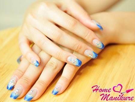 френч маникюр в синих тонах на нарощенных ногтях