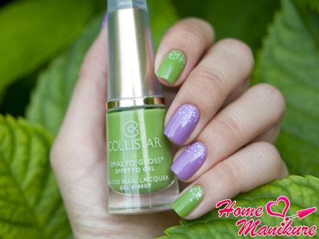 гармония зеленого и фиолетового оттенков на ногтях