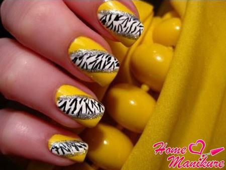 изящный принт зебры на желтых ногтях