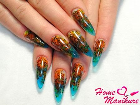классный дизайн витражных ногтей на осень