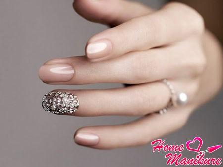 короткие гелевые ногти невесты с красивым декором