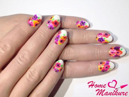 красивые цветы на аккуратных белых ногтях