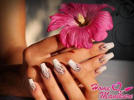 красивые лепестки на белых ногтях