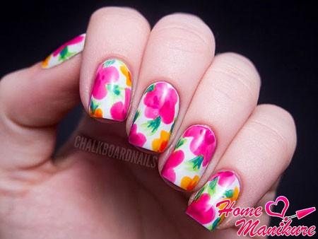 красивые весенние цветы на белых ногтях