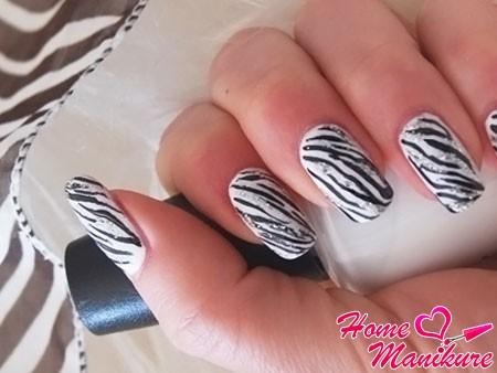 красивый маникюр с принтом зебры