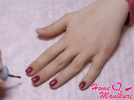 лак бордового цвета на ногтях