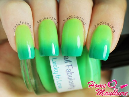 лак хамелеон в зеленых тонах на ногтях