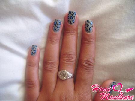 леопардовый принт на серых ногтях