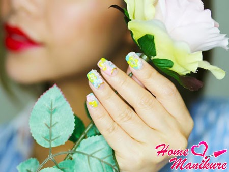 маленькие нарощенные ногти с декоративной лепкой