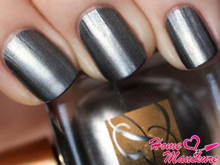 металлический лак для ногтей серого цвета