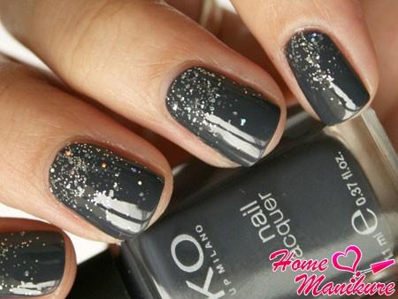 насыщенный серый цвет ногтей с эффектом металлической крошки