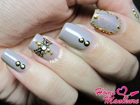 нежно-серые ногти с красивым декором