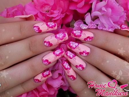 нежный пастельный маникюр с розовыми цветами