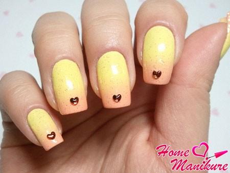пастельный градиент на ногтях в желтых тонах