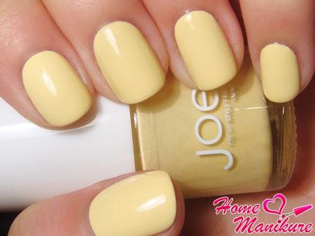 пастельный желтый маникюр
