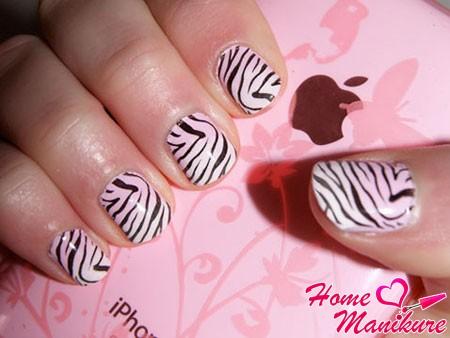 переводной рисунок зебры на ногтях с помощью стемпинга