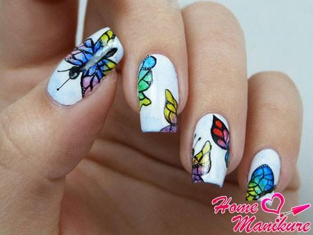 разноцветные бабочки на белых ногтях