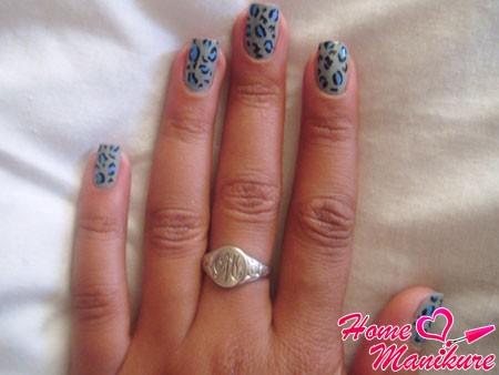 синий леопардовый принт на серых ногтях