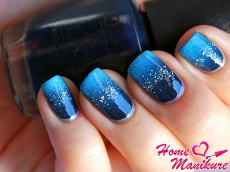 синий маникюр в стиле омбре с блестками