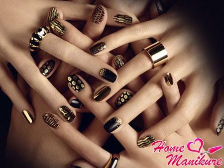 сочетание черных и золотых цветов лака для ногтей