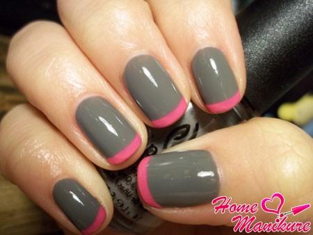 сочетание серого и розового в дизайне ногтей