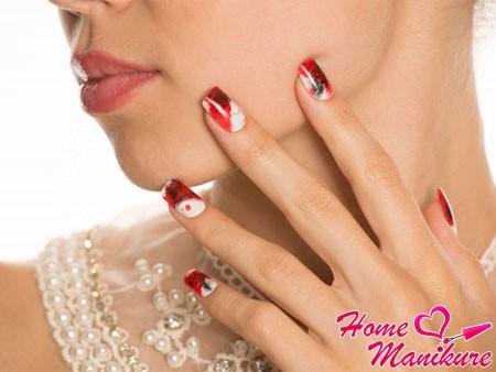 стильные ногти Impress на руках девушки
