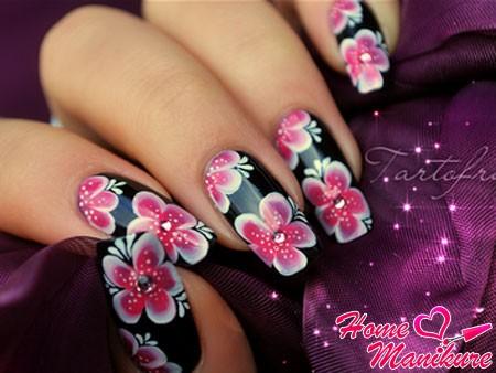стильные рисунки цветов на черных ногтях